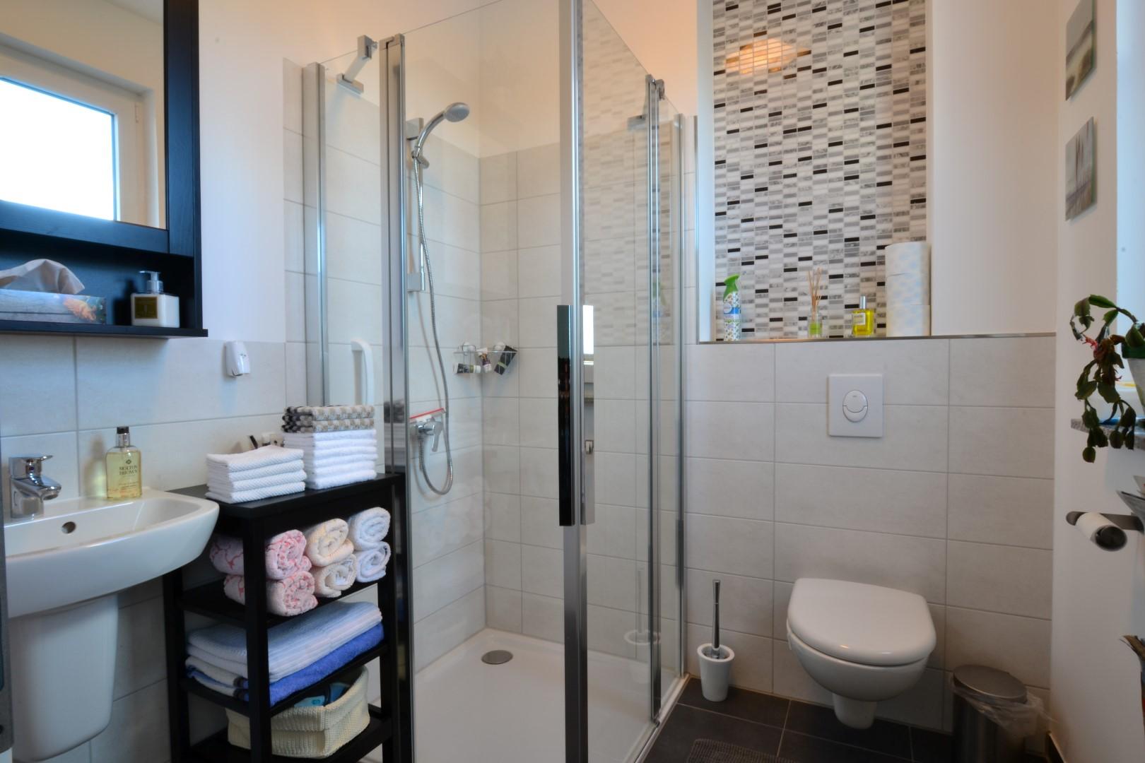 g ste wc mit dusche im eg feldbusch immobilien e k. Black Bedroom Furniture Sets. Home Design Ideas