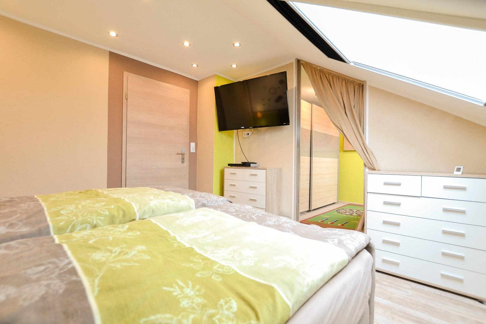 Schlafzimmer mit Blick in die Ankleide - Feldbusch ...